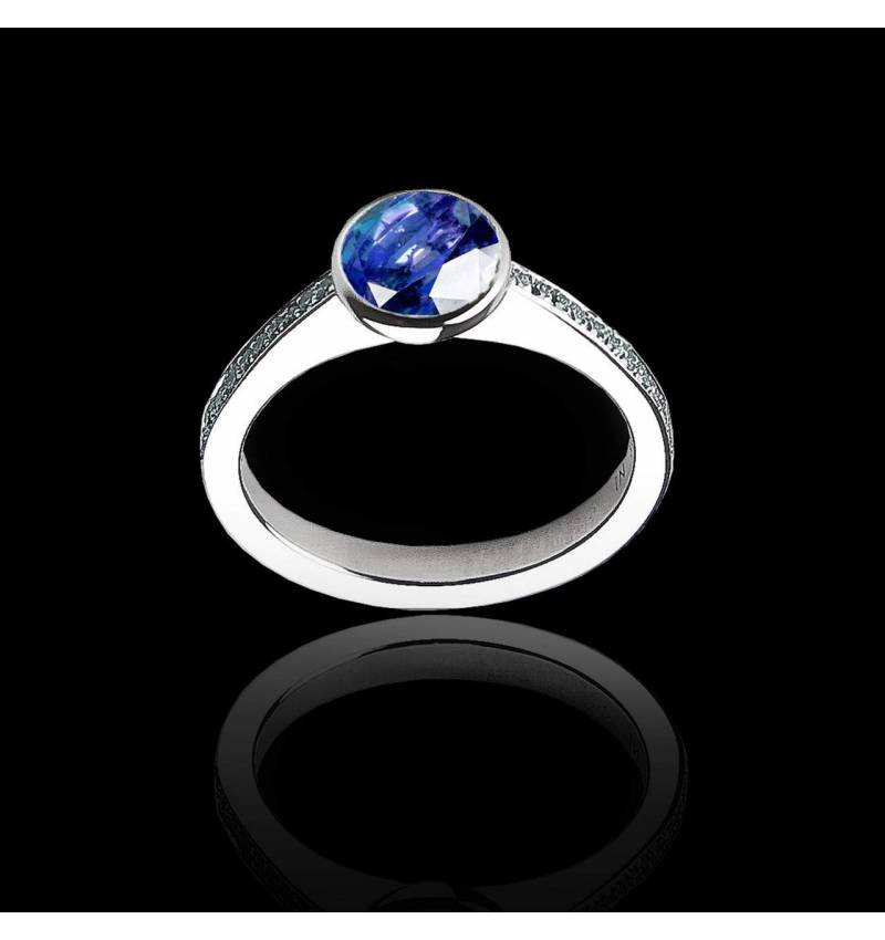 Verlobungsring mit rundem, blauen Saphir in Weissgold Moon