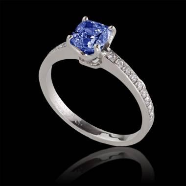 Verlobungsring mit blauem Saphir in Weissgold Sandy
