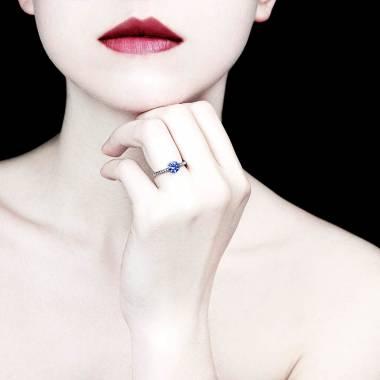 Verlobungsring mit blauem Saphir in Weissgold Judith