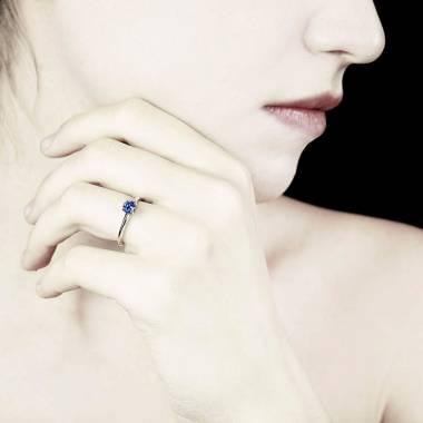 Blauer Saphirring in Weissgold Anja
