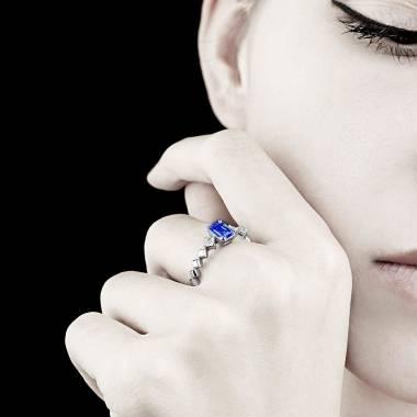 Verlobungsring mit  blauem Saphir in Weissgold Elsa