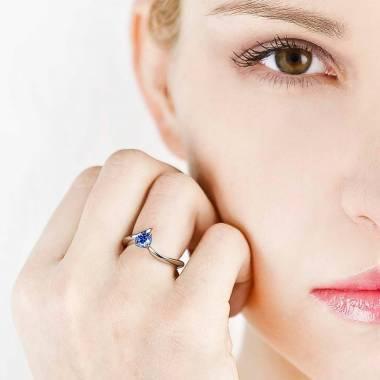 Verlobungsring mit blauem Saphir in Weissgold Serpentine