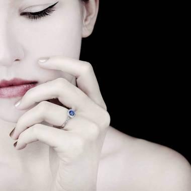 Verlobungsring mit blauem Saphir in Weissgold Rekha